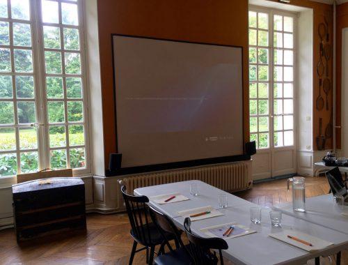 Salle de seminaire equipee d'un ecran